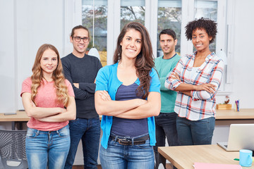 Studentin als Entrepreneur vor ihrem Team