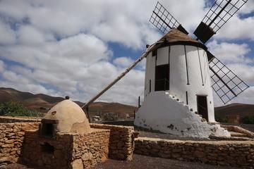 Fond de hotte en verre imprimé Moulins Un moulin typique de l'île canarienne de Fuerteventura derrière un four traditionnel