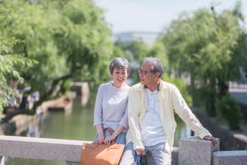 旅行を楽しむシニア夫婦