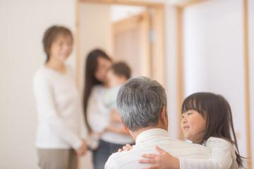 おじいちゃんに抱きつく女の子
