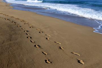 следы на песке на берегу Средиземного моря