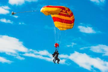 Fallschirmspringer im Tandem