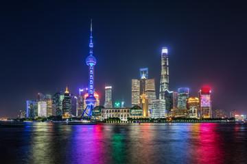 Shanghai bei Nacht: die moderne Skyline der hell beleuchteten Skyline der Metropole