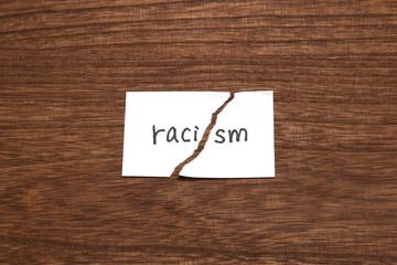 人種差別 破れた紙