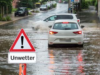 Warnschild Unwetter in Deutschland