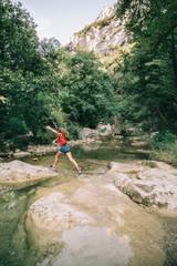 Randonnée nature et enfant, rivière de montagne
