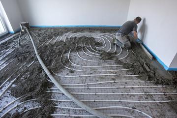 Estrich wird auf einer Fußbodenheizung verlegt