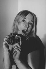 Retrato de mujer con cámara de fotos