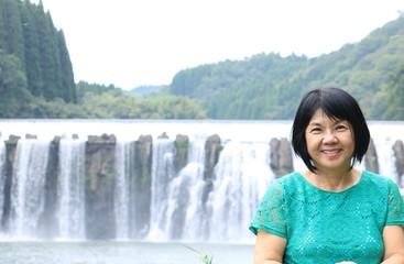 大分県竹田市の滝の前で