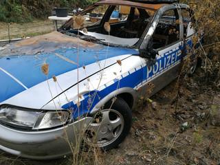 Polizeiauto zerstört