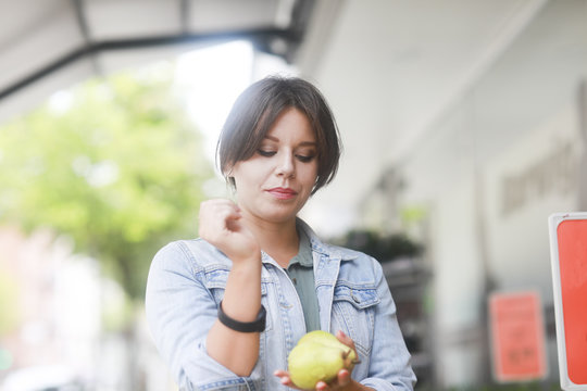 Frau kauft mit Transponder Armband ein bargeldlos