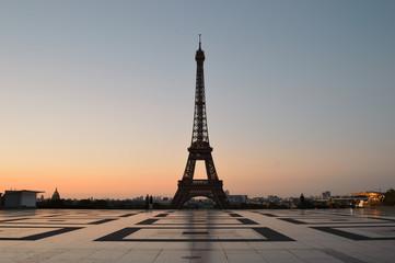 Poster Eiffeltoren Eiffel Tower at sunrise.