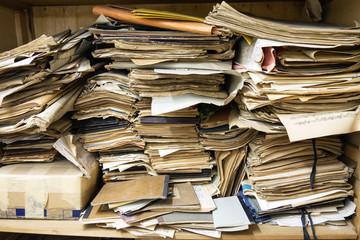 Vecchi documenti accatastati in un armadio