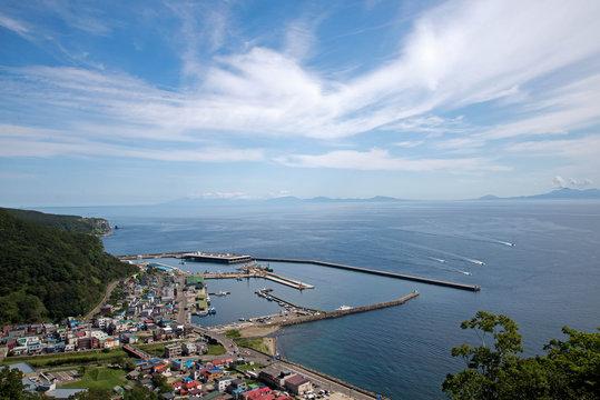 羅臼港と国後島