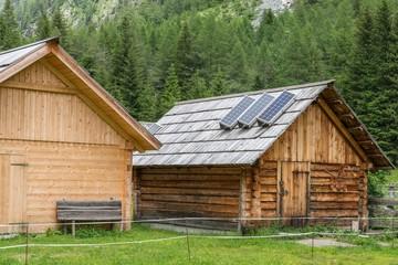 Holz Almhütte mit Solaranlage, Österreich