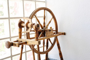 Altes rustikales gut erhaltenes Spinnrad