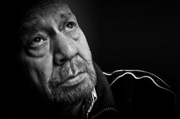 Ritratto fotografico maschile, tristezza, solitudine.