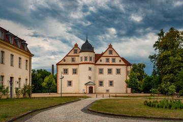 Dramatischer Wolkenhimmel über dem Schloss Königs Wusterhausen (Ansicht von Norden)