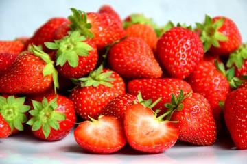 Frische Erdbeeren auf weißen Hintergrund, Sommerzeit, Erntezeit