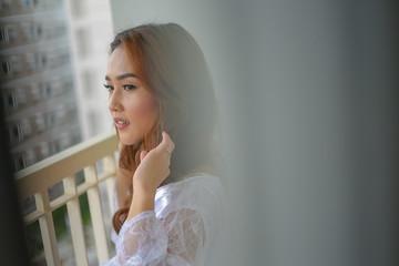 Novia en el balcón pensando en su boda