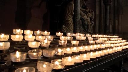 0:09 Viele Kerzen Brennen In Der Kirche