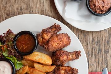 Mexikanisch Amerikanisches Essen marinierte Buffalo Chicken Wings mit Country Farmer Potatoes Kartoffeln und Sour Cream Dip