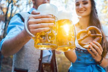 Frau und Mann in Bayerischer Tracht trinken Bier