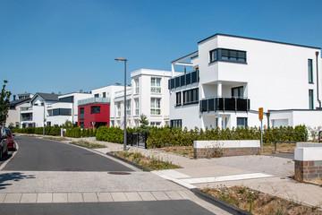 Anliegerstrasse mit modernen Einfamilienhäusern, Neubau