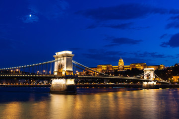 Wall Mural - Chain bridge at night in Budapest, Hungary