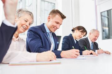 Mitarbeiter schreiben Test im Seminar