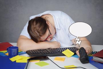 femme épuisée au bureau dormant avec téléphone qui sonne dessin humour