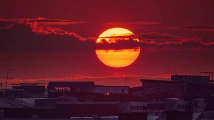Fotobehang - Sunset sun setting over city skyline, 4K UHD Timelapse.