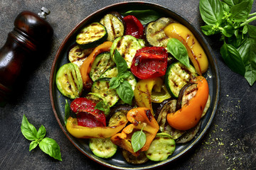 Foto auf Gartenposter Gemuse Grilled vegetables ( colorful bell pepper, zucchini, eggplant ) with basil and dry herbs.Top view.
