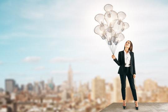 Woman with light bulbballoon