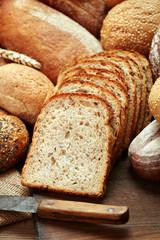 Fototapeta sliced fresh baked bread isolated on white background obraz