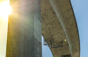 Köhlbrandbrücke in Hamburg im Sonnenlicht