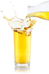 Apfelsaft Saft Splash Spritzer spritzen einschenken eingießen Glas freigestellt Freisteller isoliert
