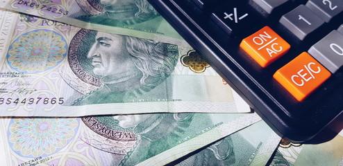 Polskie banknoty i kalkulator