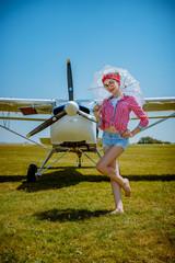 La Baby Pinup devant l'avion blanc