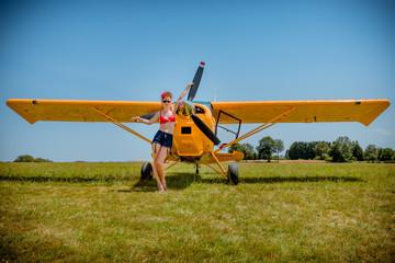 La Pinup devant l'avion jaune