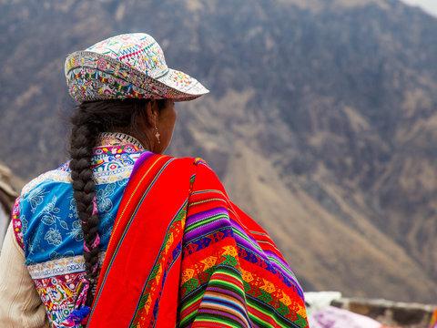 Silhouette de femme Tresse Péruvienne en vêtements traditionnels au Canyon de Colca Pérou