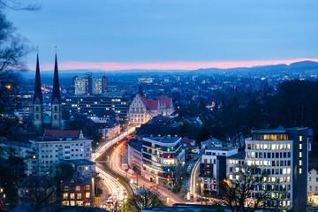 Obraz Bielefeld in der blauen Stunde, Aussicht vom Johannisberg - fototapety do salonu