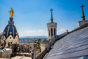 Les toits de la Basilique de Fourvière à Lyon