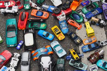 Verkehrschaos: Spielzeugautos auf der Straße