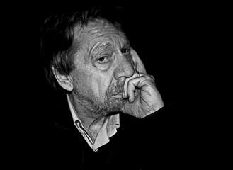 Uomo anziano, ritratto fotografico bianco e nero.
