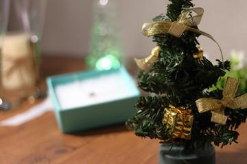 テーブルの上に置かれたクリスマスツリーとプレゼント