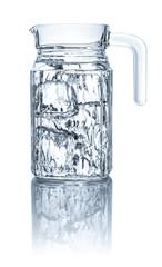 Krug mit Wasser und Eiswürfeln