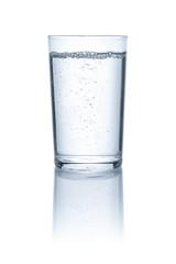 Glas mit Wasser vor einem weißem Hintergrund