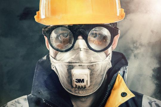 Bauarbeiter mit Maske und Schutzbrille