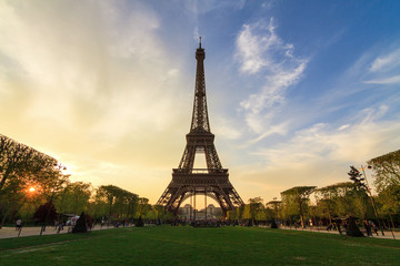 Poster Eiffeltoren Beautiful dramatic spring sunset view of the Eiffel tower in Paris, France